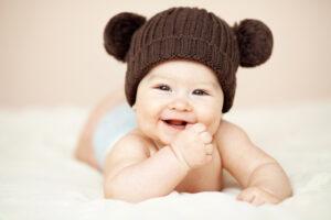 Hvornår begynder baby at smile?